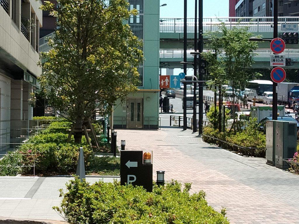 (3)そこから左に進みます。富ヶ谷交差点の歩道橋とエレベータが目印です。歩道橋を直進します。