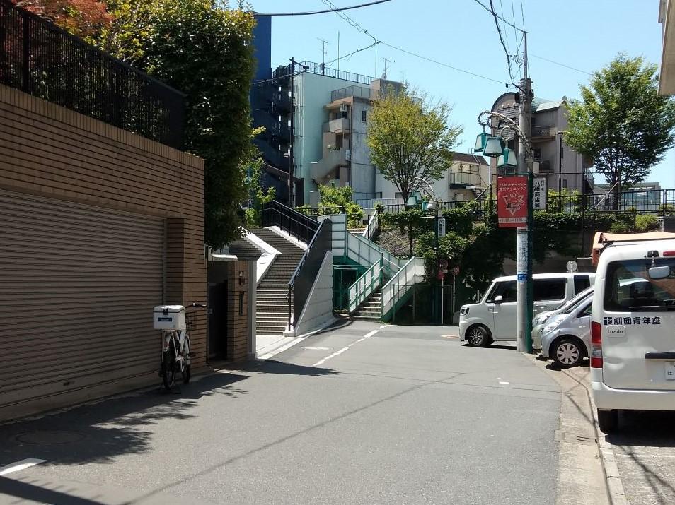 (2)つきあたりを右に曲がります。左手に階段が見えます。その階段を上ります。