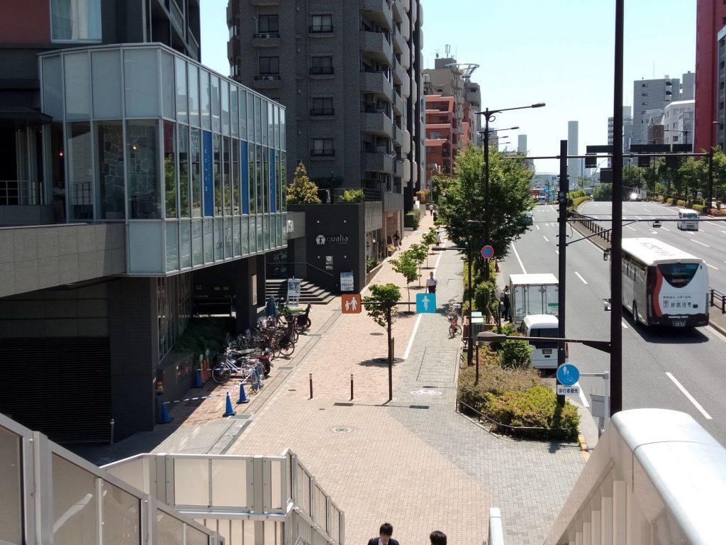 ④歩道橋を直進して階段を下りて直進します。歩道橋にはエレベータもあります。